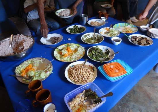 La diversité des plats frais sur la table lors du déjeuner témoigne de la biodiversité sur l'éco-site Nomena